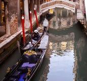 Венеция, gondolier при шляпа, смотря вниз, на сотовом телефоне Стоковое фото RF