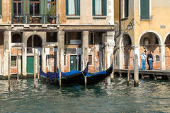 ВЕНЕЦИЯ, ITALY/EUROPE - 12-ОЕ ОКТЯБРЯ: Гондолы причаленные в Венеции оно Стоковые Фотографии RF