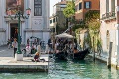 ВЕНЕЦИЯ, ITALY/EUROPE - 12-ОЕ ОКТЯБРЯ: Люди наслаждаясь осенью s Стоковые Изображения RF