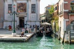 ВЕНЕЦИЯ, ITALY/EUROPE - 12-ОЕ ОКТЯБРЯ: Люди наслаждаясь осенью s Стоковое Фото