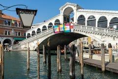 ВЕНЕЦИЯ, ITALY/EUROPE - 12-ОЕ ОКТЯБРЯ: Мост Rialto в Венеции Ital Стоковые Фотографии RF