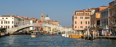 ВЕНЕЦИЯ, ITALY/EUROPE - 12-ОЕ ОКТЯБРЯ: Моторка курсируя вниз с Стоковое Изображение