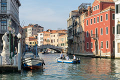 ВЕНЕЦИЯ, ITALY/EUROPE - 12-ОЕ ОКТЯБРЯ: Моторка на канале в Veni Стоковая Фотография
