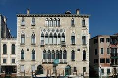 ВЕНЕЦИЯ, ITALY/EUROPE - 12-ОЕ ОКТЯБРЯ: Шлюпки причаленные в Венеции Италии Стоковое фото RF