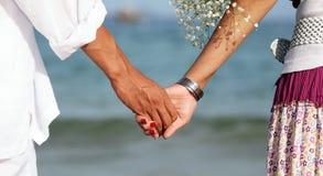 Веник и невеста, рука и рука Стоковое Фото
