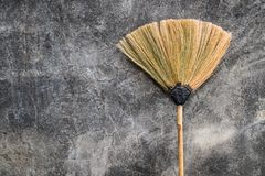 Веник травы положенный против старой стены цемента стоковые изображения rf