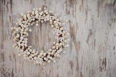 Венок белого рождества декоративный над деревянной предпосылкой Стоковое Изображение RF