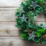 Венок двери рождества пришествия деревянный с праздничным украшением Стоковое фото RF
