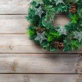 Венок двери рождества пришествия деревянный с праздничным украшением Стоковая Фотография RF