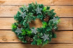 Венок двери рождества пришествия деревянный с праздничным украшением Стоковое Фото