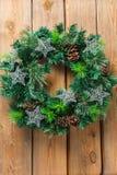 Венок двери рождества пришествия деревянный с праздничным украшением Стоковое Изображение RF