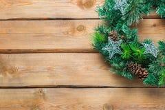 Венок двери рождества пришествия деревянный с праздничным украшением Стоковая Фотография