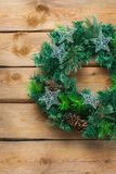 Венок двери рождества пришествия деревянный с праздничным украшением Стоковые Фотографии RF
