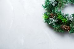 Венок двери рождества пришествия с праздничным украшением Стоковое Изображение