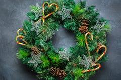 Венок двери рождества пришествия с праздничным украшением Стоковое фото RF