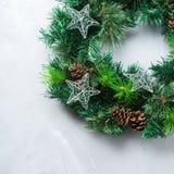 Венок двери рождества пришествия с праздничным украшением Стоковая Фотография