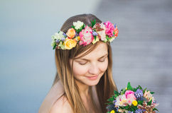 Венок девушки и цветка Стоковое Фото