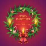 Венок ели рождества вектора со свечами, золотым колоколом, красными ягодами, тросточками конфеты, смычком и шариками Реалистическ иллюстрация вектора