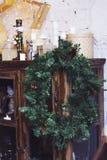 Венок ели рождества на винтажном шведском столе Затрапезный интерьер Стоковые Изображения