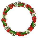 Венок или круглая рамка с красным томатом и зеленые куски огурца или корнишона и огурца круглые с семенами зрелый овощ Здорово иллюстрация вектора