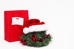 Венок Нового Года с шляпой Санта Клауса и красной сумкой стоковое изображение