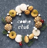 Венок печений рождества Сортированные печенья: печенья linzer, shortbread, оранжевые печенья миндалины Стоковые Фото