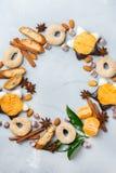Венок печений рождества с специями и tangerine Стоковые Фотографии RF