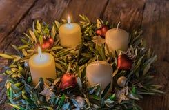 Венок пришествия рождества с 2 горящими свечами стоковое фото rf