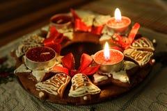 Венок пришествия с свечами в пламени стоковое фото rf