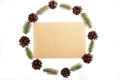 Венок рождества был сделан минималистичным стилем от конусов сосны и e Стоковая Фотография