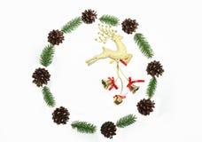 Венок рождества был сделан минималистичным стилем от конусов сосны и e Стоковое Изображение RF