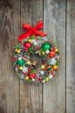 Венок рождества взгляда сверху красивый ручной работы яркий украшенный с конусами сосны, елевыми ветвями, ягодами, шариками, звез стоковые изображения rf