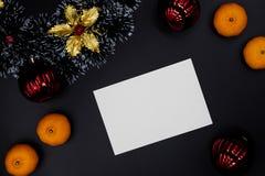 Венок рождества декоративные, оформление ели и tangerines на черной предпосылке Пустая карта с местом текста стоковые изображения
