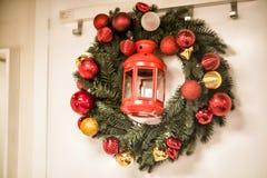 Венок рождества на двери Стоковое фото RF
