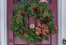 Венок рождества на двери Стоковое Изображение