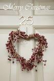 Венок рождества на двери стоковая фотография rf
