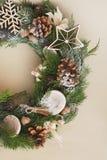 Венок рождества на деревенской деревянной предпосылке Украшение рождества с естественными elemnts Вертикальное изображение Стоковое Изображение RF