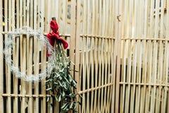 Венок рождества на деревянной двери Стоковая Фотография