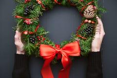 Венок рождества на деревянной предпосылке Стоковые Фотографии RF