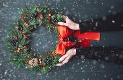 Венок рождества на деревянной предпосылке Стоковые Изображения
