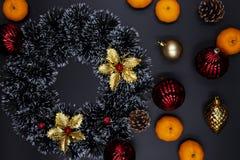 Венок рождества, оформление ели и tangerines на черной предпосылке Состав сезона зимнего отдыха стоковые фото