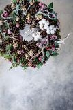 Венок рождества с конусами и ягодами и листьями Стоковые Изображения RF