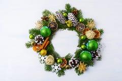 Венок рождества высушил апельсины, конусы сосны и ручки циннамона Стоковое Изображение