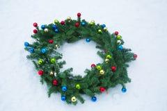 Венок рождества в снеге стоковые фотографии rf