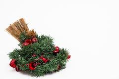 Венок рождества и украшенный веник стоковые изображения