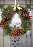 Венок рождества на двери Стоковые Фото