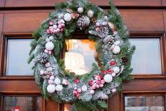 Венок рождества на двери Стоковые Изображения