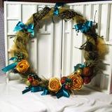 Венок рождества на двери handmade Стоковые Изображения