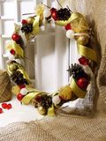 Венок рождества на двери handmade Стоковое Фото