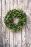Венок рождества на деревянной двери Стоковое Изображение RF